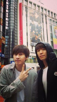 Donghae y Eunhyuk por Japon viendo sus carteles