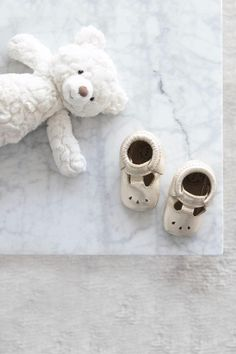 Our baby shower gift ideas for all budget will help you choose an item that the mum to be will need and love. Baby shower gift guide on a budget  #babyshowergifts #babyshowergiftideas #babyshowergiftguide #babyshower #babygames #babygifts #mumtobepresents #giftsforher #babyshower #babyshowers #giftideas #presentideas #pregnantgifts #mumgifts #momgifts #babyshowerinspo #babyshowerideas #babyshowertips Baby Shower Cupcakes, Baby Shower Favors, Baby Shower Games, Tips And Tricks, Pregnancy Announcement To Husband, Shower Tips, Baby Shower Presents, Event Planning Tips, Budget