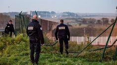 Les migrants ont forcé la barrière servant à protéger la ligne de chemin de fer à                              10/03/15 Coquelles.