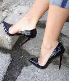 Mesmerizing teo-cleavage in shiny high heeled pumps.