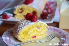 Rullekake er den ideelle sommerkaken. Den er superrask å lage, trenger kort steketid og kan fylles med deilige, fruktige smaker og bær. Her har du en lett og luftig vaniljerullekake fylt med appelsinkrem (appelsincurd) og friske bringebær. Kaken kan gjerne serveres sammen med vaniljesaus ved siden av. Pudding Desserts, Rolls, Ethnic Recipes, Food, Pies, Custard Desserts, Buns, Bread Rolls, Meals