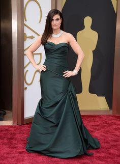 Idina Menzel vestiu um lindo vestido verde escuro Vera Wang.