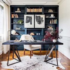 ▪️ I love dark painted built-ins. This small home office was executed so well. The dark wall creates a focal point behind the desk and creates a powerful statement. ▪️ #designinspo