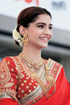 From caught looking fabulous to caught in the act, bollysnapped brings you snapshots of all your favorite Bollywood stars. Indian Wedding Outfits, Bridal Outfits, Bridal Dresses, Stylish Sarees, Saree Look, Indian Beauty Saree, Indian Sarees, Indian Designer Outfits, Most Beautiful Indian Actress