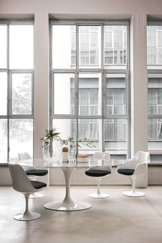Shop the best selection of Knoll furniture and KnollTextiles online. Find modern furniture for the living room, dining room, home office and outdoors. Mesa Saarinen, Table Saarinen, Saarinen Tisch, Knoll Table, Modern Dining Chairs, Round Dining Table, Dining Sets, Dining Area, Habitat Table