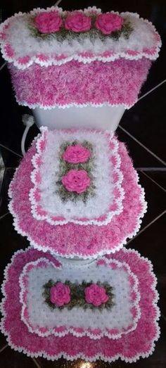 Jogo de banheiro poderá ser confeccionado na cor de sua preferencia <br>contém : Para Vaso Caixa Acoplada Vaso Frente Pia <br>Esse Foi Confeccionado na cor Lilás Com Branco <br>com a Flor Rosa Franzida Com Miolo Crochet Home, Crochet Gifts, Crochet Baby, Knit Crochet, Bathroom Crafts, Bathroom Sets, Crochet Flowers, Baby Knitting, Crochet Projects