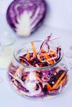 Salade d'hiver croquante (carottes, chou rouge, radis noir, oignons rouges, vinaigrette yaourt et orange)