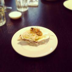 Smażone ostrygi, sałatka z kopru włoskiego i cytryny konfit.