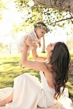Mommy daughter photo shoot ideas Wish I had taken a picture of me and Ava like this when she was smaller it's so sweet... I'll have to build my arm muscles to make it look effortless if I want to do it now haha