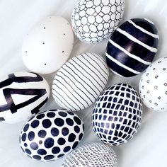 Easter just got a little more mod! A black Sharpie is the only tool you need to create these eggs in whatever bold graphic you like. - DIY - OSTERN Eier färben und bemalen - Home Renovation Sharpie Eggs, Sharpies, Sharpie Markers, Sharpie Crafts, Art D'oeuf, Easter Egg Designs, Easter Ideas, Egg Art, Hoppy Easter