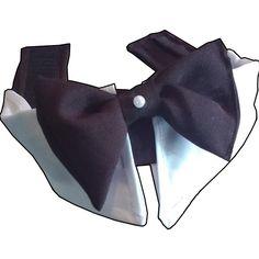 Gravata Borboleta social  100% algodão  Nas cores Branco e preto com detalhe em pérola branca  Fechamento em Velcro  Pescoço: 42cm  Detalhe na fotografia contorno imagem estético devido a cor branca.