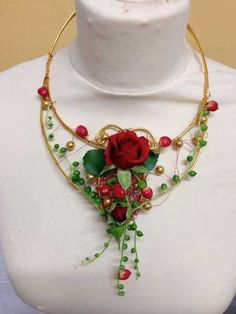 Weddings | Fleur De Vee Wire and bead handmade necklace decorated with fresh flowers