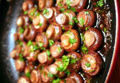 Les amateurs de champignons vont vraiment apprécier celle-là! Très goûteux et super facile à faire :) Veggie Recipes, Healthy Recipes, Parmesan Potatoes, Potato Vegetable, Side Dishes, Stuffed Mushrooms, Food And Drink, Appetizers, Vegetarian