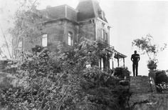 """Scene from Alfred Hitchcock's """"Psycho,"""" based on the novel by Robert Bloch, shows Norman Bates (Anthony Perkins) by the Bates' family home. — Image by © Underwood & Underwood/Corbis. The Bates' house. Norman Bates, Anthony Perkins, Alfred Hitchcock, Hitchcock Film, Scary Movies, Horror Movies, Good Movies, Greatest Movies, Cult Movies"""