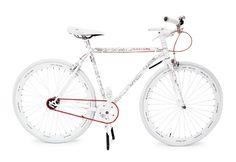 La bicicletta Martone, che in questa edizione speciale ha la catena e i freni rossi, è stata realizzata su disegno di Shantell Martin