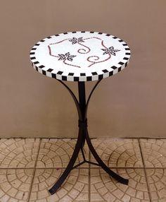 Muito delicada esta pequena mesa de mosaico. Amo motivo floral! Combina com tudo!