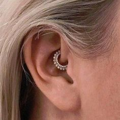 Daith-Piercing: We love the new piercing trend on Inst . - Inspiration: The most beautiful Daith piercings Tragus Piercings, Daith Piercing Jewelry, Daith Earrings, Types Of Ear Piercings, Cute Ear Piercings, Peircings, Piercing Tattoo, Body Piercing, Diath Piercing