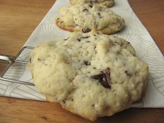 Probably most of you have a stand-by recipe for chocolate chip cookies. Maybe you know exactly how many chocolate chips you want in your cookies and how that texture should be. Well, I don't. I've made tons of cookies in my life, but chocolate chip cookies never made it into my oven.