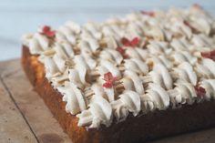 Opskriften er udviklet til og betalt af Finax Æblesæsonen for danske æbler er ved at synge på sidste vers, og det skal udnyttes! Jeg har udviklet en bradepandekage med æble og kryddercreme, cremen kan undlades, også har du en virkelig nem og god bradepandekage. Men jeg synes ikke en bradepandekage skal tages ned, men derimod… Danish Dessert, Cake Toppings, Coconut Flakes, Spices, Baking, Desserts, Sheet Cakes, Food, Tarts