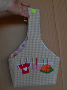 Come cucire un porta mollette da bucato (idea regalo fai da te pe Cute Sewing Projects, Sewing Projects For Beginners, Sewing Crafts, Bag Patterns To Sew, Sewing Patterns, Clothespin Bag, Peg Bag, Fabric Bags, Love Sewing