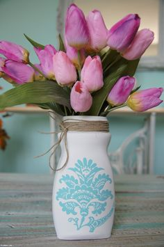 Biela vázička s modrým ornamentom