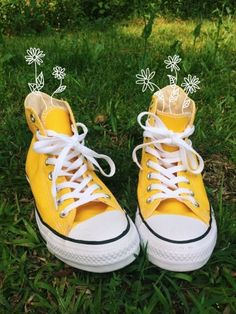 daisies in yellow converse Yellow Aesthetic Pastel, Aesthetic Colors, Aesthetic Images, Aesthetic Grunge, Aesthetic Vintage, Franz Marc, Yellow Theme, Yellow Shoes, Yellow Converse