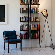 Le lampadaire Oslo wood northernlighting luminaire lighting design signed by Ove Rogne Oslo, Wood Floor Lamp, Wood Lamps, Muuto, Design Bestseller, White Lamp Shade, Piece A Vivre, Luminaire Design, Design Moderne