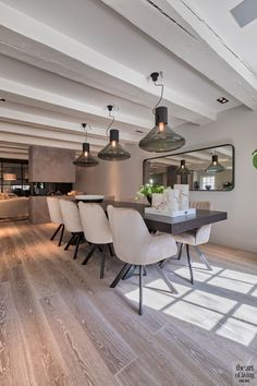 Eetkamer, eettafel, houten vloer, houten balken, verlichting, Maretti Lighting, Marcel Wolterinck, sfeervolle loft, studio vendrig Dining Room Table Decor, Dining Room Design, Living Room Decor, Luxury Dining Room, Dining Room Inspiration, Interior Design Living Room, Sweet Home, House Design, Home Decor