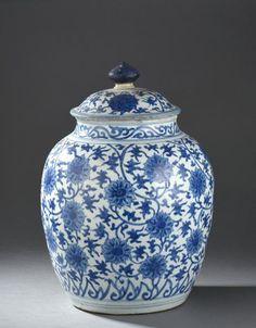 Grande potiche couverte en porcelaine bleu blanc Chine, fin du XVIe siècle De forme ovoïde, à décor de lotus et rinceaux sur le corps et le couvercle; accidents, manques, fêles et restauration à la prise.… - Daguerre - 15/06/2015