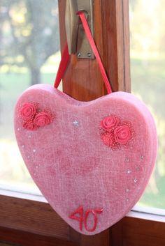"""https://flic.kr/p/P6rRjr   DECORACIÓN QUE TIENE FORMA DE CORAZÓN PARA COLGARLA – HECHA DE CERA   Decoración roja que tiene forma de corazón, hecha para celebrar bodas de rubí. Está adornada con seis rosas rojas de fieltro, una inscripción roja """"40°"""", unos diamantes de imitación, un adhesivo que tiene forma de estrellita y una cinta roja para colgarla. Con aceite 100% natural de naranja dulce. Tamaño:  270 x 240 x 15 mm.   Artesanal.  También en:  www.ilmiomondoincera.com"""