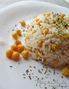 Arroz com Frango e Grão de Bico - Para deixar qualquer arroz natalino digno de uma ceia de família feliz. Clique na imagem para ver a receita no blog Manga com Pimenta.