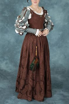 Lovely brown kirtle. The seller advertises it as Elizabethan, but I would place the sleeves as Italian.