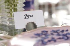 Marcadores de lugar com design moderno e clean em prata da Theodora Home deram charme à nossa mesa de almoço entre amigas.