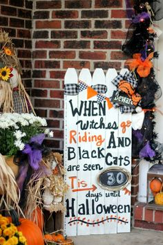 Pin for Later: halloween decorations outdoor. Made from picket fence pieces, this Halloween countdown sign is the perfect way to drum up excitement for the holiday. Use chalkboard paint where your numbers will go, so you can update it each… Halloween Countdown, Fete Halloween, Halloween Kostüm, Outdoor Halloween, Halloween Projects, Holidays Halloween, Halloween Costumes, Women Halloween, Diy Halloween Signs