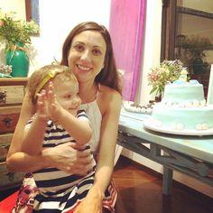 Cat canta parabéns pro bolo de sereia no Chá de Bebê da Isadora