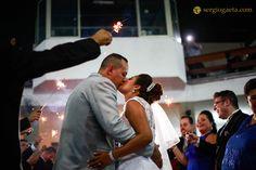 E, quase agachado, consigo driblar alguns convidados e registrar esse momento tão mágico...  #claudiaecarlos2016 #sergiogaeta #fotojornalista #espontanea #saida #wedding #brasil #sp #chacara3irmaos #casamento #beijo #kiss #besos #bodas #matromonio #estrelinhas #happyend #grandedia #noiva #noivo #bride #groom