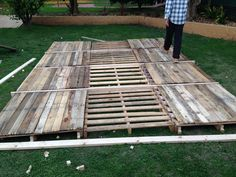 Diy: Portable Pontoon Using Old Pallets and Old Blue Drums • 1001 Pallets 1001 Pallets, Recycled Pallets, Wooden Pallets, Recycled Materials, Pallet Benches, Pallet Couch, Pallet Tables, Pallet Patio, Pallet Bar