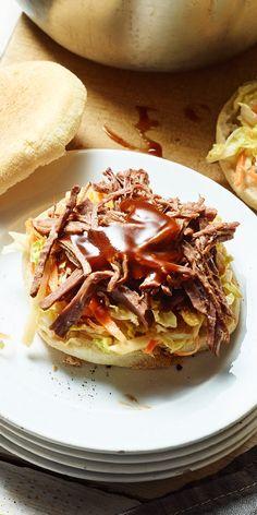 Unseren Sauerbraten 'Pulled Beef' Toastie Burger zeichnet vor allem sein super zartes Fleisch aus, das lange im Topf gegart wird. Die Kombination aus saftigem Fleisch und fruchtigem Salat aus Chinakohl, Apfel und Karotte lässt keine Wünsche offen. Unbedingt probieren! Barbecue Grill, Grilling, Maggi Fix, Burger Co, Pulled Beef, Chili Sauce, Snacks, Sandwiches, Cooking Recipes