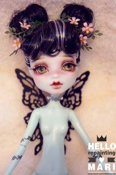 좋은 주말입니다~! 오랜만에 돌아온 페어리 시리즈에여ㅎㅎ 레어한 버전의 프랭키에여. 번개머리가 정신없... Custom Monster High Dolls, Monster Dolls, Monster High Repaint, Custom Dolls, Ooak Dolls, Blythe Dolls, Art Dolls, Fairy Figurines, Unique Toys