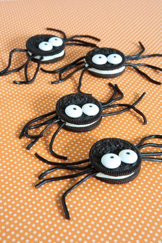 Spinne basteln - 60 krabbelige Halloween Deko Ideen zum Selbermachen - oreo spinne basteln halloween Imágenes efectivas que le proporcionamos sobre healthy lunch ideas Un - Halloween Snacks, Buffet Halloween, Hallowen Food, Bolo Halloween, Halloween Oreos, Theme Halloween, Adornos Halloween, Manualidades Halloween, Halloween Goodies