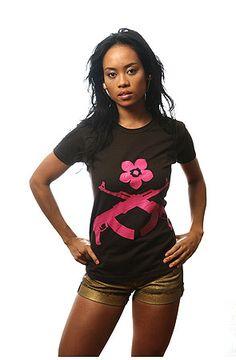 """Kiser Haydar Barnes родился в Нигерии, учился в Израиле, а живет в Америке. Под влиянием раннего хип-хопа начал рисовать футболки/    Политическая активность и юмор – основа концепции бренда """"Kiser"""". Лого в виде АК-47 и цветка лотоса несет в себе символ революции и творческого духа.     Сайт: http://www.spectatorstudio.com/"""