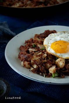 Corned Beef Hash is a delicious combination of corned beef cubed potatoes and onions all cooked on high heat with charred and crispy bits. Corned Beef Stew, Corned Beef Recipes, Chilli Recipes, Steak Recipes, Best Breakfast Recipes, Best Dinner Recipes, Brunch Recipes, Breakfast Meals, Delicious Recipes
