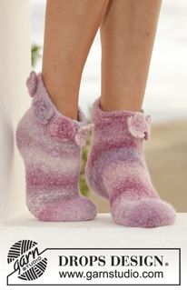 """Rosalie - Felted DROPS slippers with 2 strands """"Big Delight"""". - Free pattern by DROPS Design Knitted Slippers, Knitted Dolls, Knitted Bags, Crochet Socks, Knitting Socks, Knit Crochet, Knitting Patterns Free, Free Knitting, Crochet Patterns"""