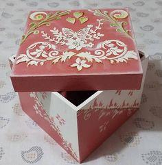 Caja de madera (MDF), cuadrada. Es pintada a mano con colores ( Rosado, blanco, verde manzana, amarillo y el envejecedor cerezo) acrílicos muy sutiles como para una dama con exquisitos gustos; o igual para un regalo especial en una determinada ocasión. Apta para guardar prendas, jabones o Jewellery Boxes, Wood Creations, Diy And Crafts, Stencils, Decorative Boxes, Shabby Chic, Lily, Soap, Hand Painted