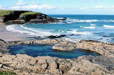 Une immense piscine de roche sur Treyarnon Bay, près de Padstow à Cornwall (Royaume-Uni)
