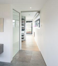 Glazen schuifdeur tussen bureau en woonkamer. | Verbouwing | Pinterest