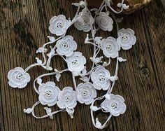 Collar de Crochet de blanco, blanco flores amapolas abrigo, Oya Lariat con cuentas collar, Crochet novia joyas, regalo de la mujer, ReddApple