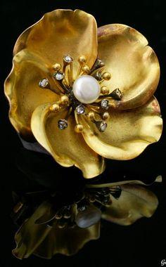 Art Nouveau Gold Flower brooch France circa 1900 Natural pearl , rose-cut diamonds , 18K Diameter 3,2cm Weight 8,5g