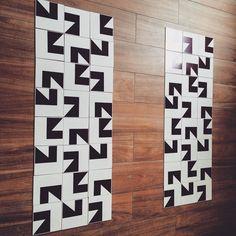 Composição s e n s a c i o n a l   da Linha Metrópole com a peça MT-05 na cor Preto Carvão. Não tem como não se apaixonar pela peças geométricas!   #dama #damaazulejos #tile #decor #ceramics #designdeinteriores #architecture #inpiration #inlove #azulejos #azulejosdecorados #reforma #projeto #conceito #geometria