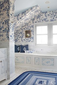 Nautical Notes Fill a Nantucket Home Designed by Anthony Baratta - Connecticut Cottages & Gardens - February 2018 - Connecticut Blue Rooms, White Rooms, Bathroom Wallpaper Nautical, Nantucket Home, Nantucket Decor, Nantucket Style, Coastal Style, Nautical Home, White Bathroom